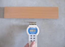 Pomiar wilgotności  posadzki przy pomocy sondy pojemnościowej