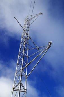 Zdjęcie masztu kratownicowego dla stacji meteorologicznej