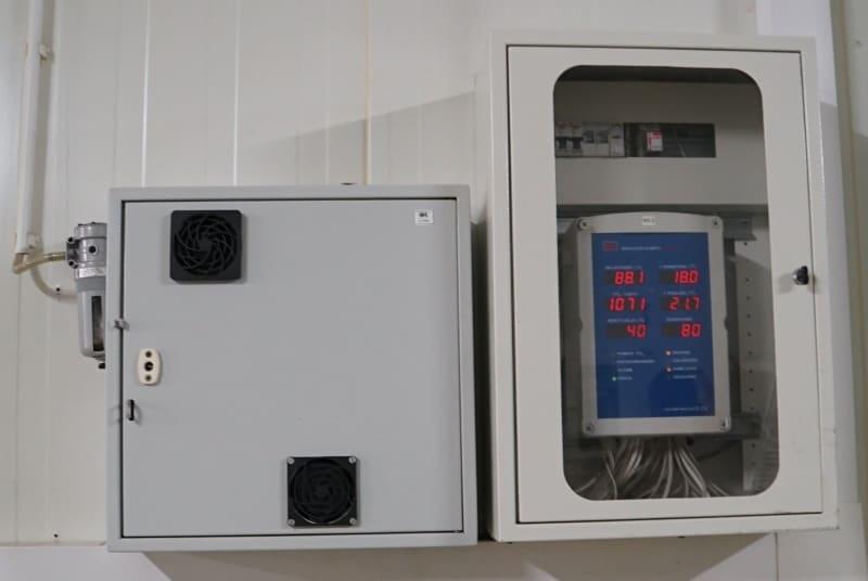LB-769W zespołu do pomiaru CO2 (z lewej strony) oraz widok regulatora LB-762 w obudowie SR1A
