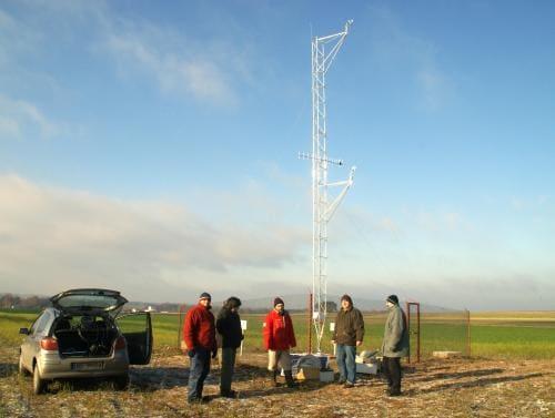 Stacja meteo w terenie. Pracownicy LAB-EL i SGGW przy budoie stacji.